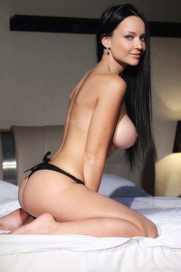 Роскошная шатенка с крупной грудью