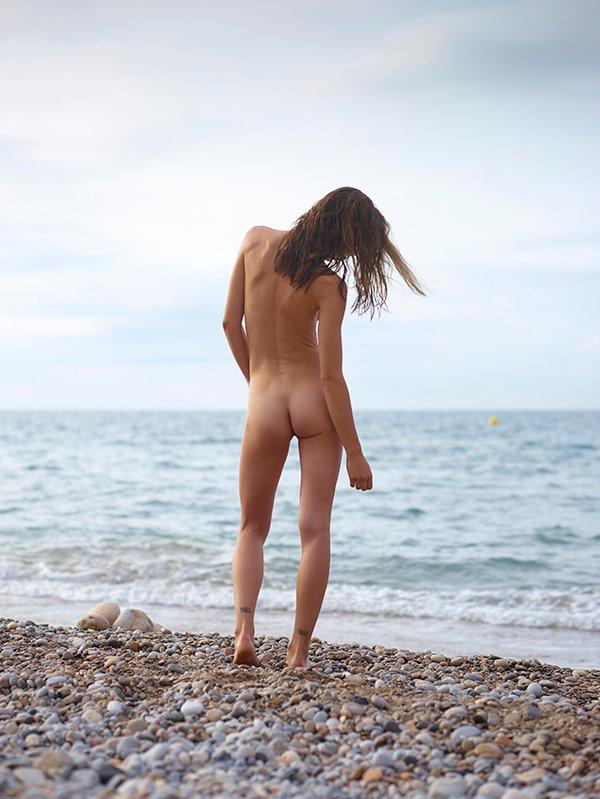 Нагая на морском берегу