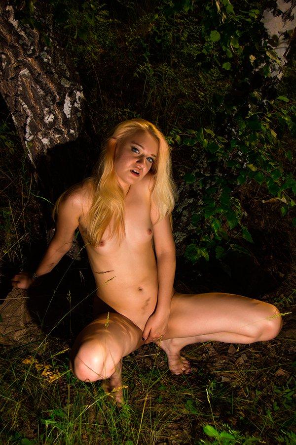 Светловолосая девушка с маленькими титьками в лесу