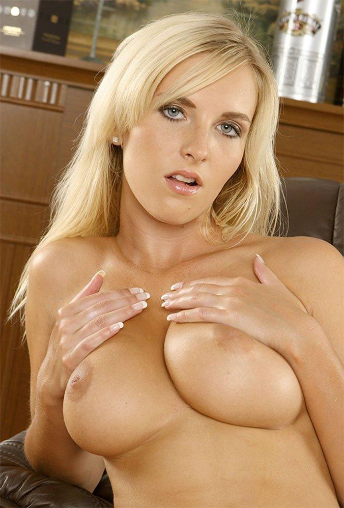 Светловолосая девушка с красивой грудью