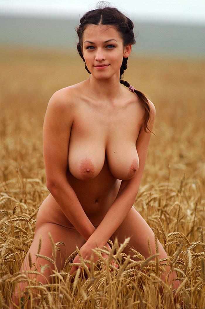 Девушка с большими сиськами в поле