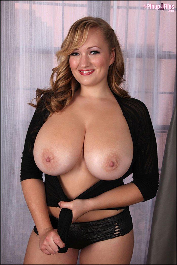 Блондинка с огромными сиськами