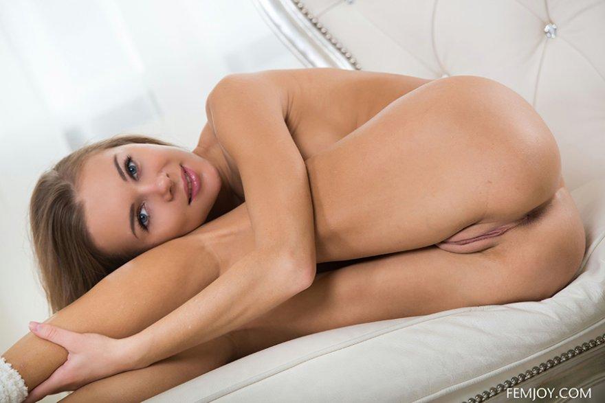 Красивая девушка в роскошной комнате