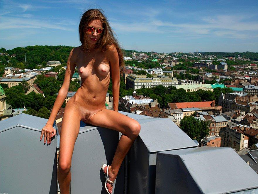 Порно видео загорая на крыше