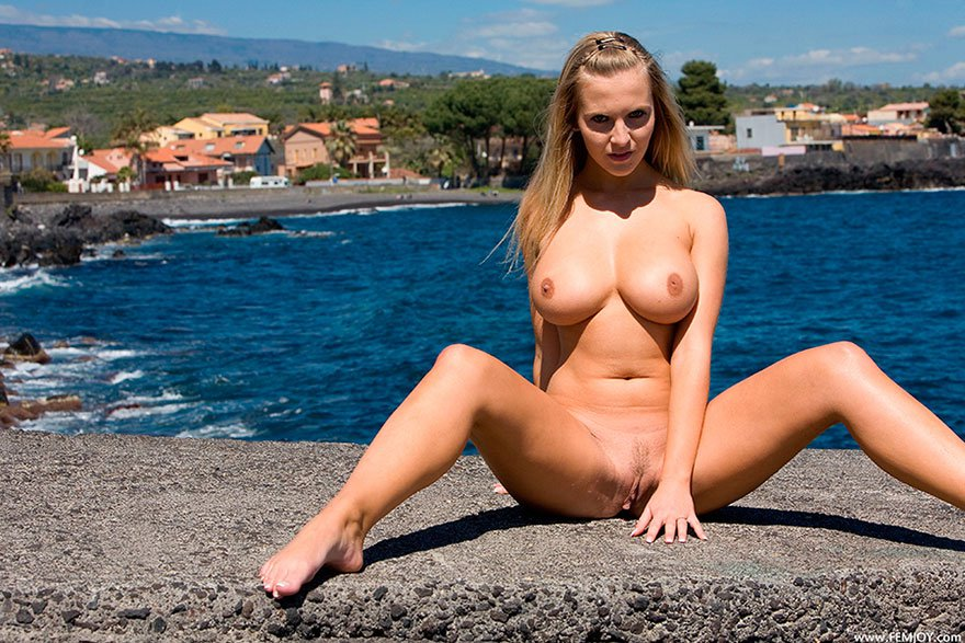Светлая модель с крупными сиськами на море секс фото