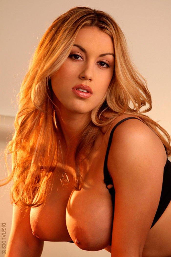 Похотливая блондинка с прекрасными титьками секс фото