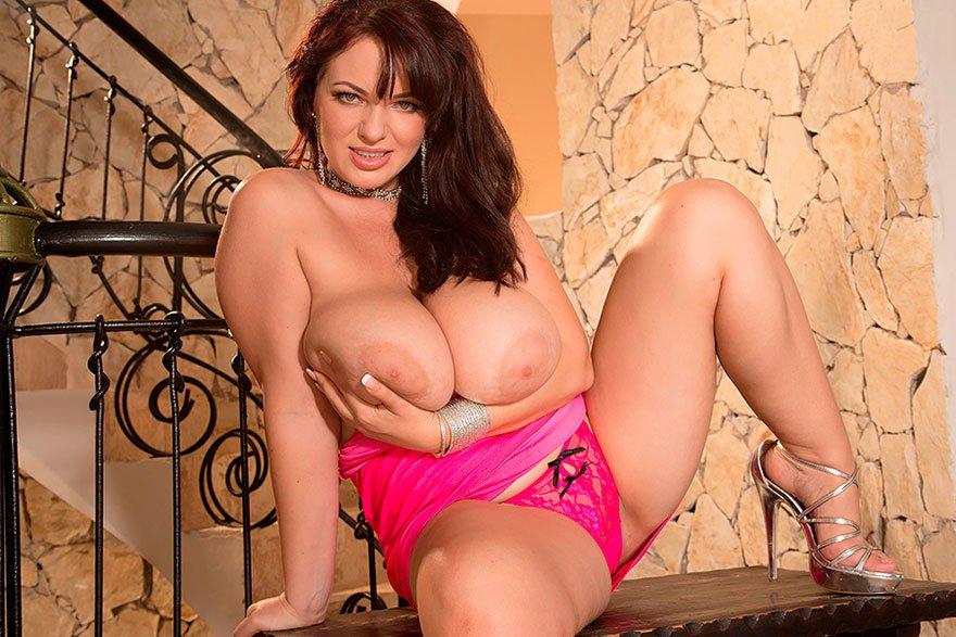 Девушка с большой грудью на лестнице