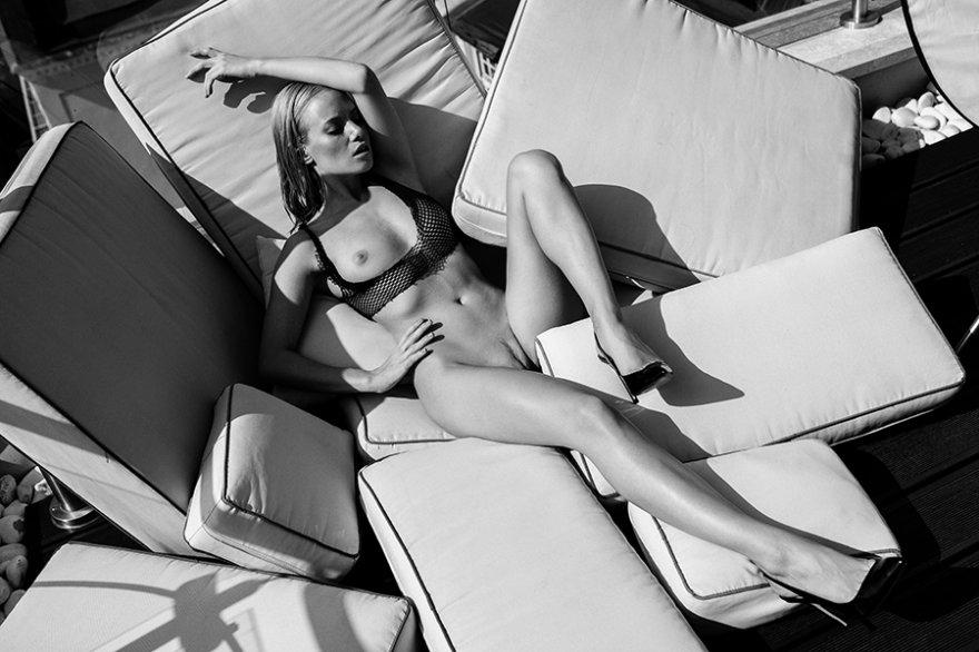 Черно-белые эротические фото блондинки
