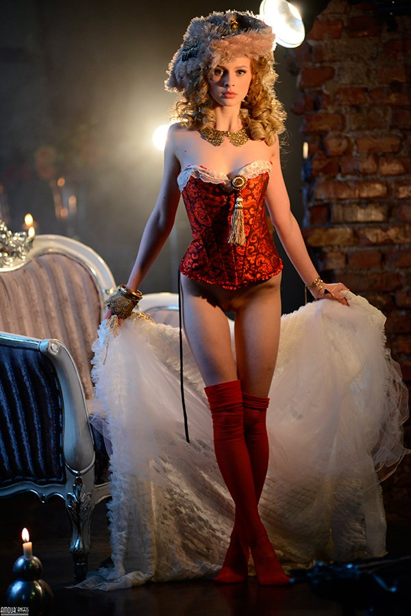 Девушка в историческом костюме - красивая эротика