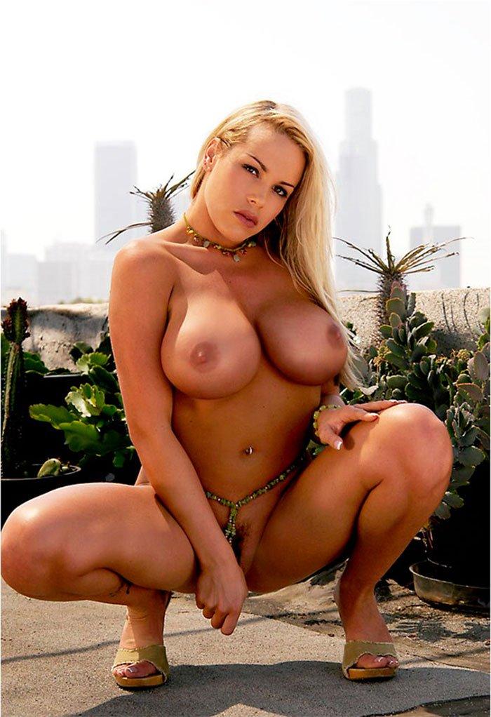 Эротические фотографии блондиночки с огромными дойками