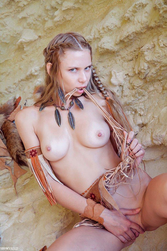 19-летняя блонди с косичками