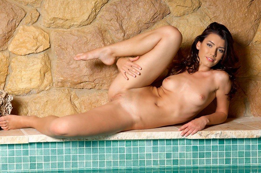Эро фотки роскошной юной брюнетки секс фото