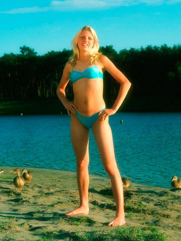 Блондиночка в купальнике - домашние фотках
