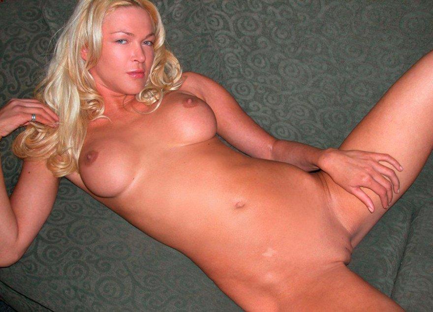 Нагая блондиночка дома секс фото
