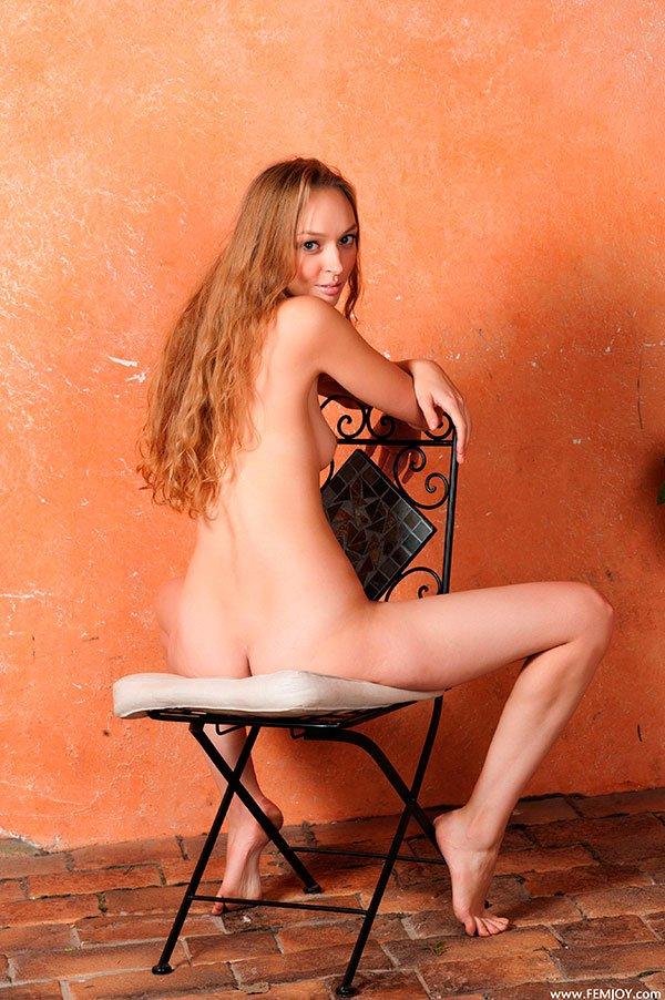 Голая блондинка на стуле - эротика