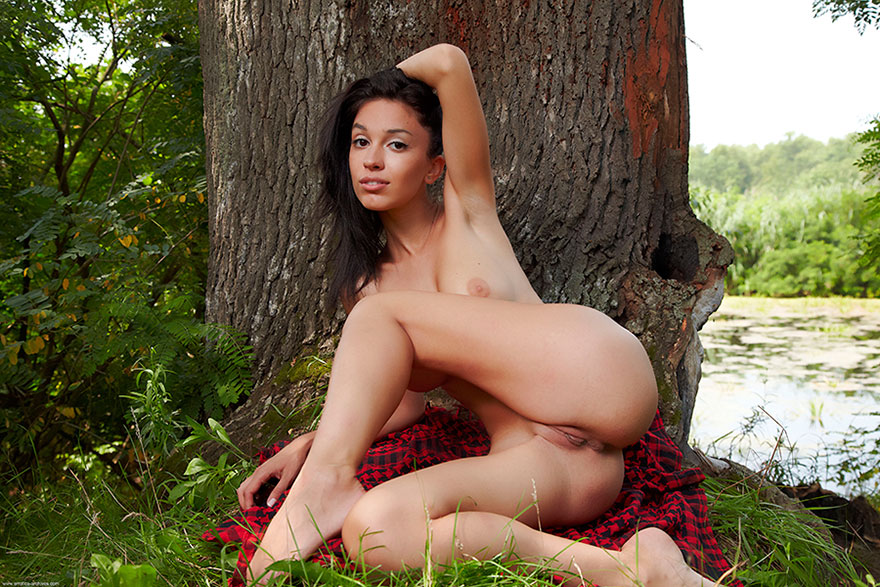 Голая брюнетка под деревом - эротика на природе