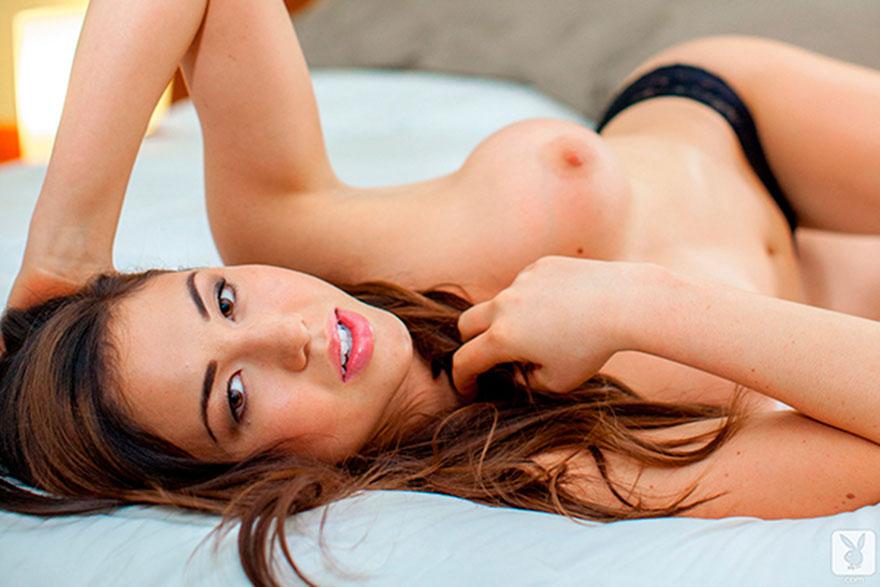 Модель в черных кружевных трусах - порнография на кроватке смотреть эротику