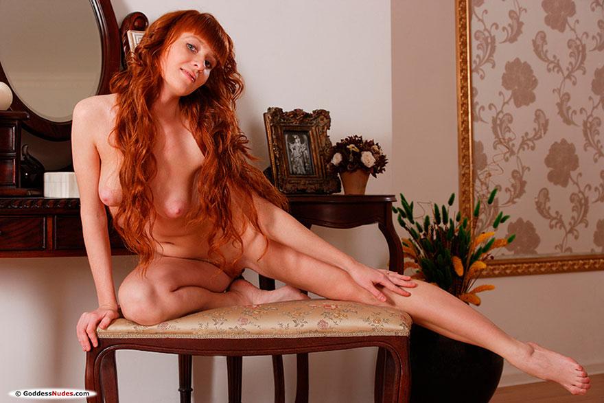 Молоденькая девушка с длинными рыжими волосами