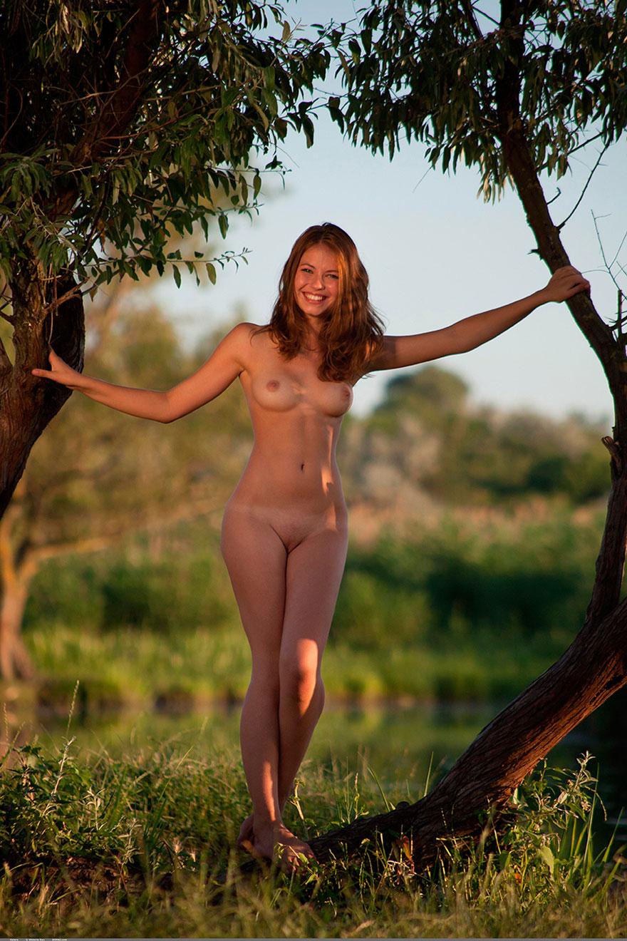 Совершенно голая девушка 13 фотография