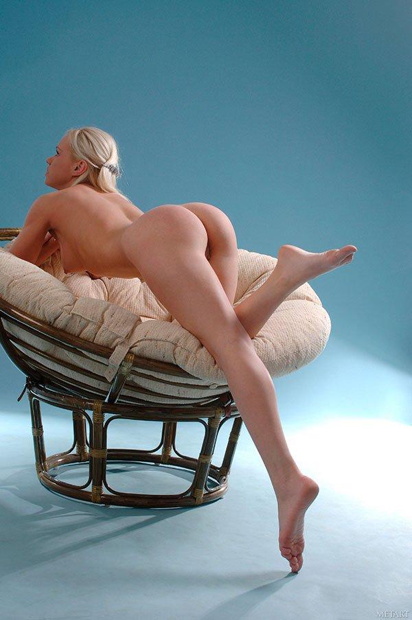 Роскошная молодая девушка в круглом кресле