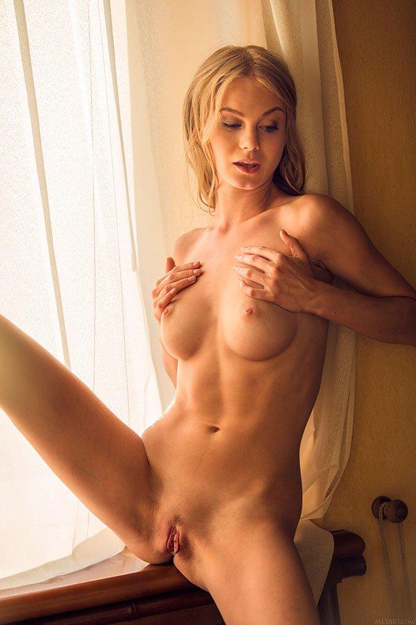 Роскошная эротика - блондинка с ровными волосами