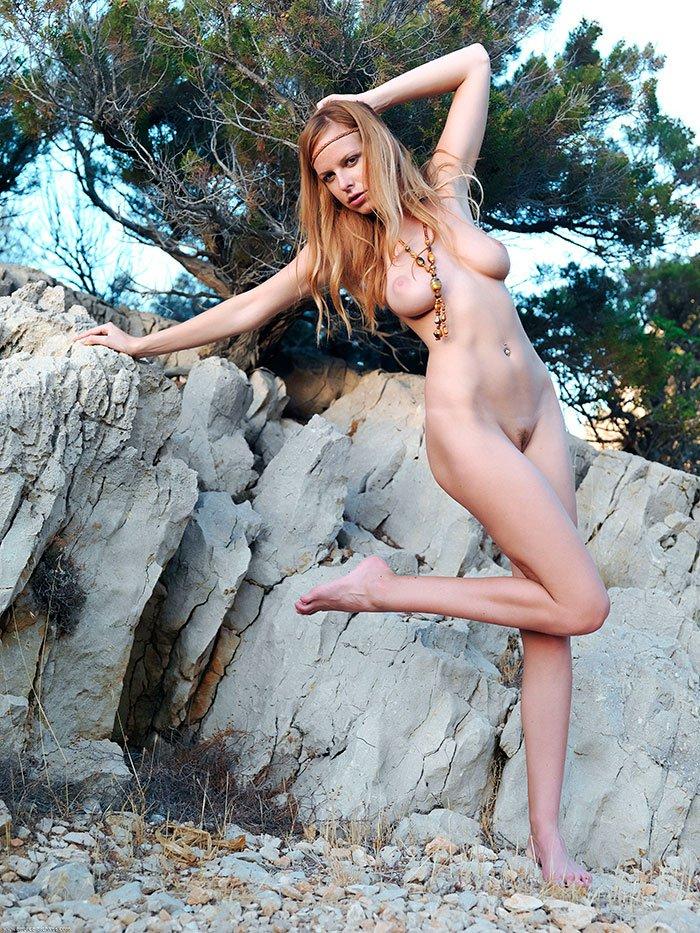 Голая в горах - эротика в саду