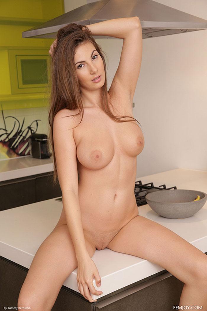 Девушка с большими сиськами на кухне