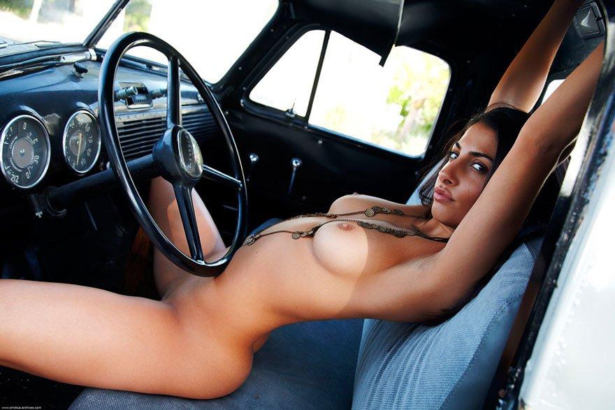 Темная брюнеточка - клубничка в кабине машине
