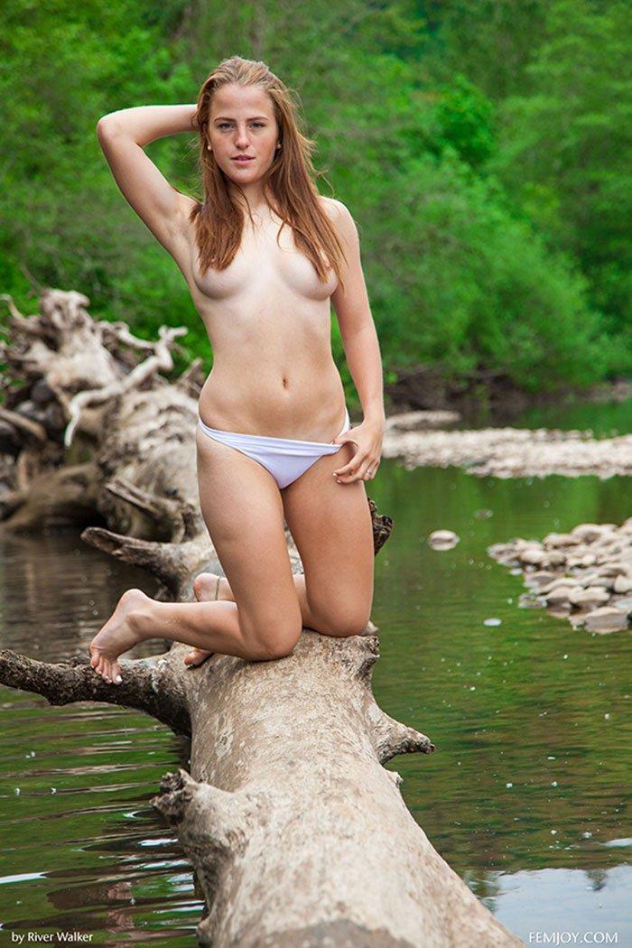 Блондинка у реки эротика фото 301-523