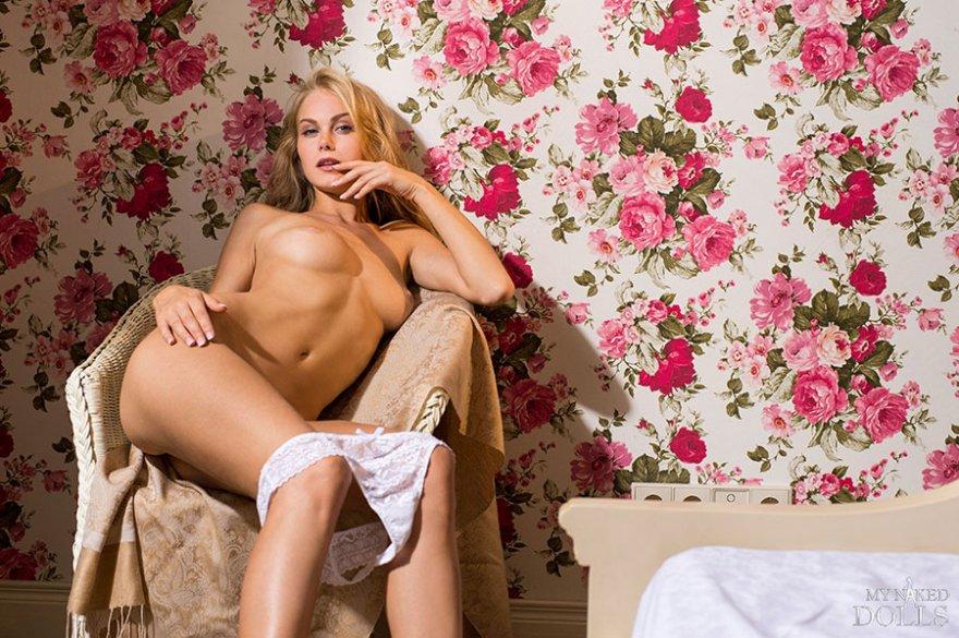 Блондинка в кружевном белье - красивая эротика