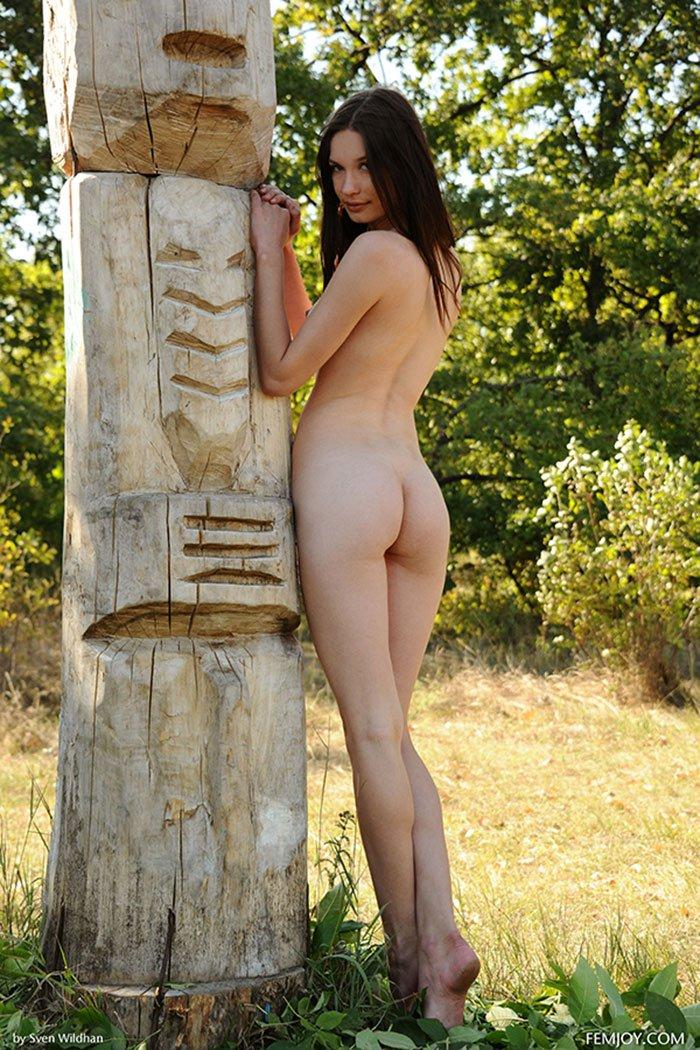 Фото 18-летней шатенки возле столба