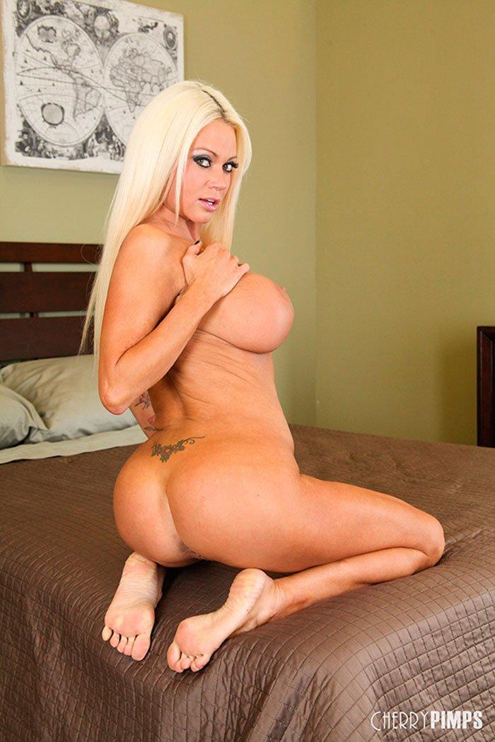 Блондинка с большими сиськами в спальне фото 316-611