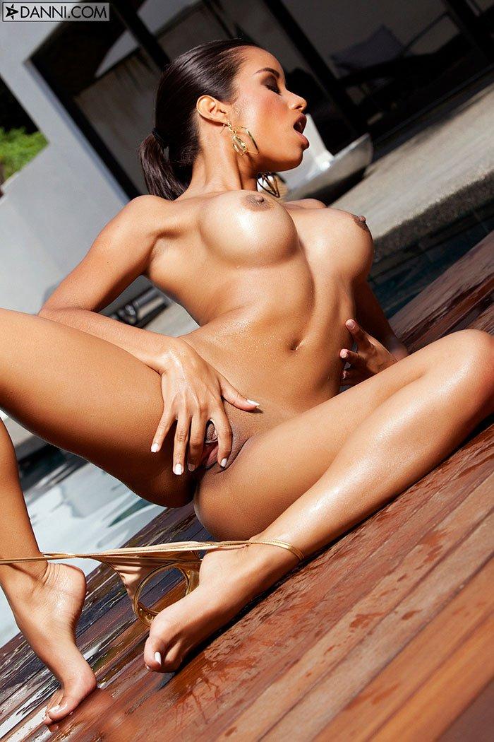 Эротические фото мулатки с шикарным загорелым телом