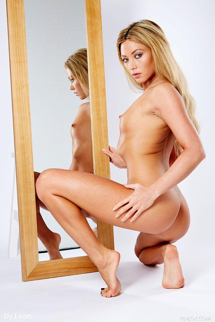 Прекрасная клубничка - обнаженная блондинка перед зеркалом