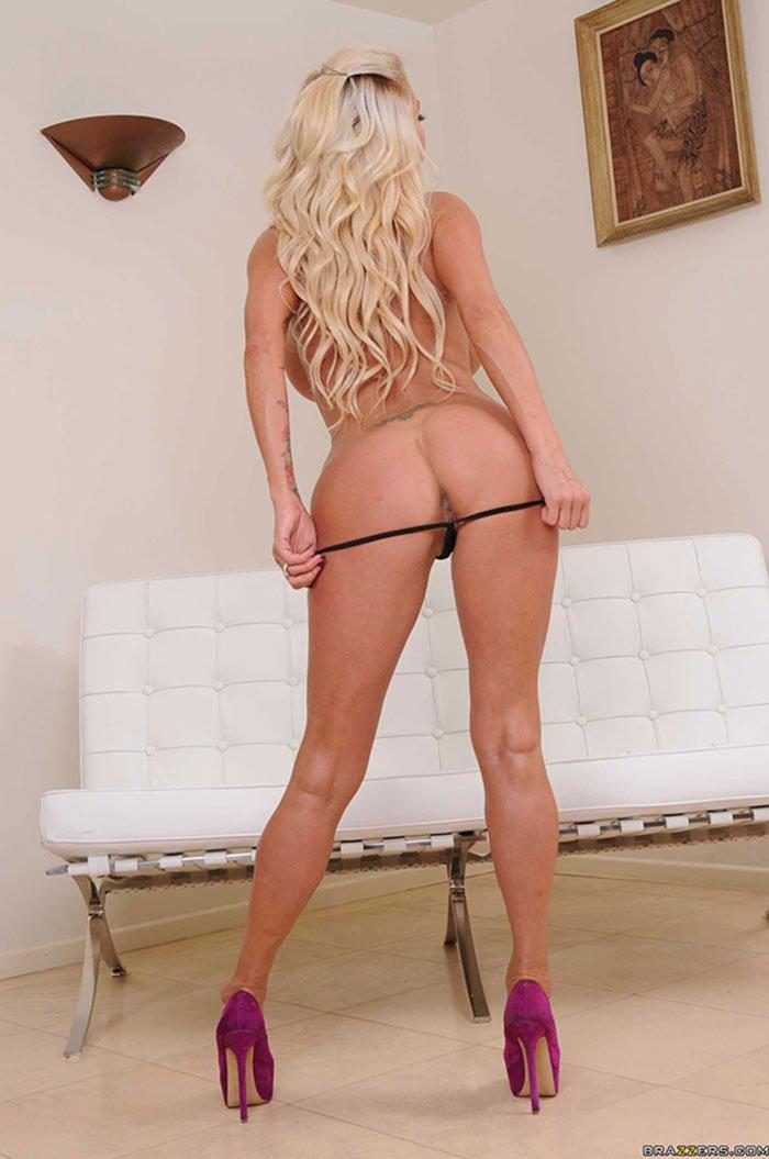 Блондинка с большими сиськами на белом диване