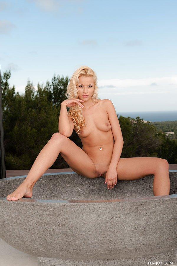 Эротические фото голой блондинки возле большого окна