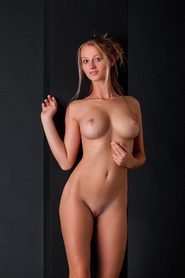 erotika-stroynaya-blondinka-15