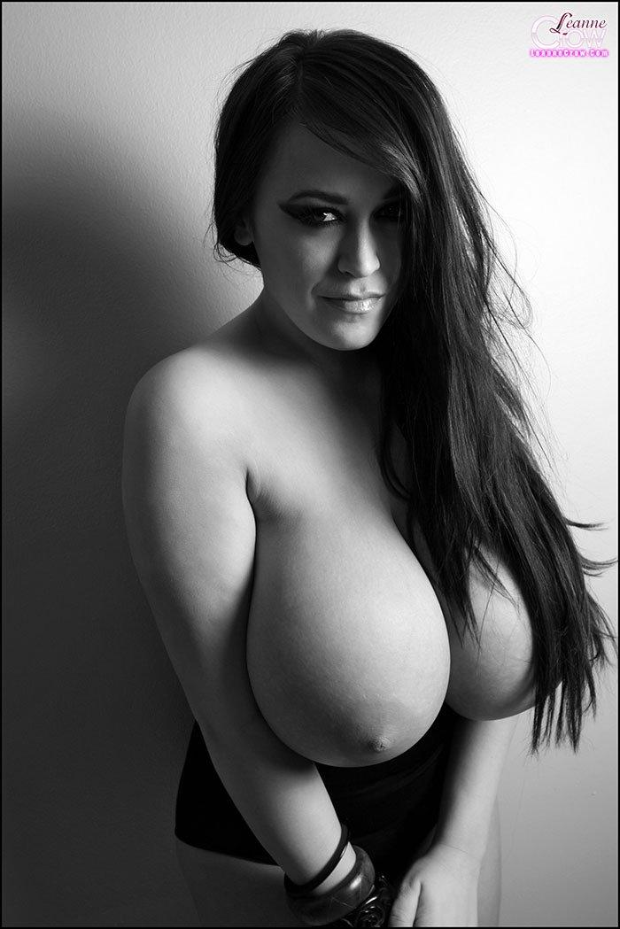 черно белое фото огромные сиськи
