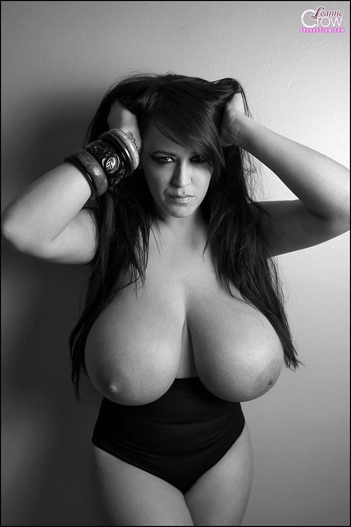 Черно-белая порнуха - шатенка с крупными титьками смотреть эротику