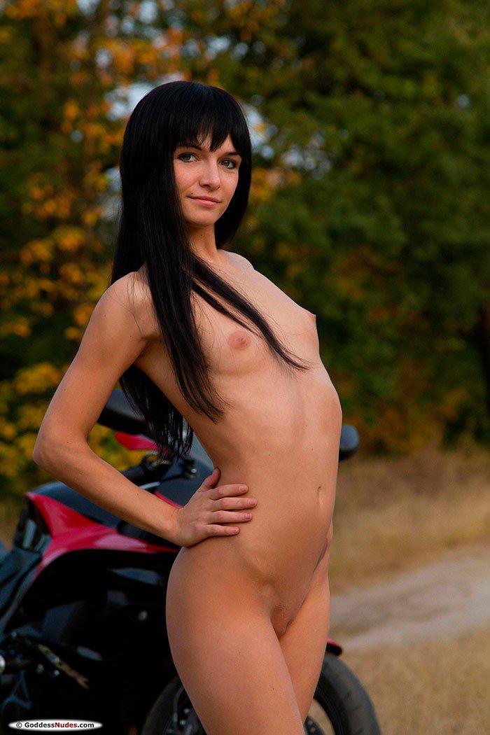 Хорошенькая эротика - красивая русая порноактрисса на мотоцикле