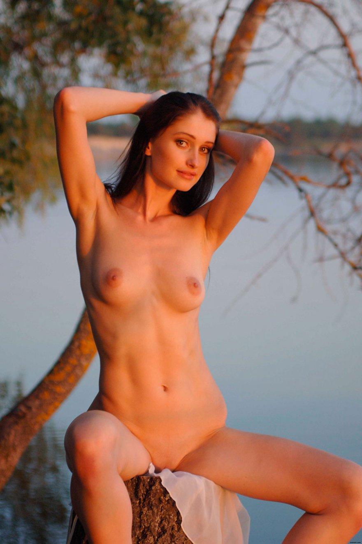 Брюнетка с длинными волосами возле реки