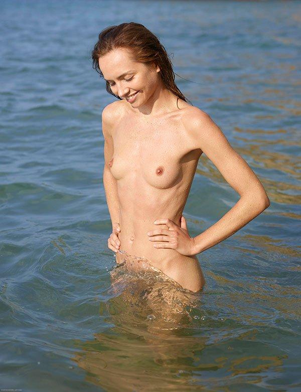 Обнаженная мадам с небольшими дойками в воде