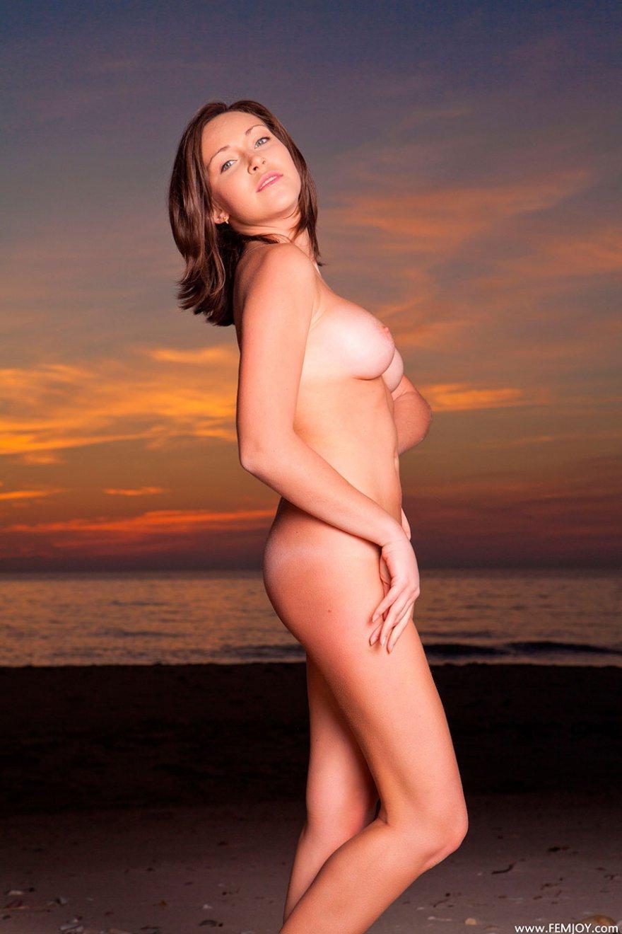 Раздетая девка с упругими дойками - красивая эротика на закате