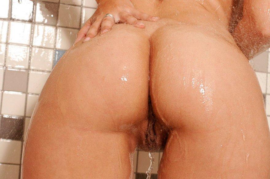 Эротические фото девушки с большой грудью под душем