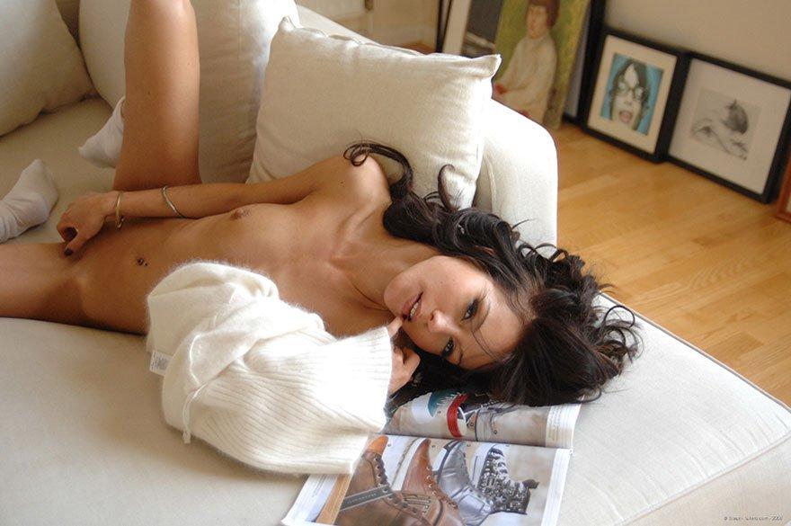 Фотки эротики бритой модели с ровными волосами