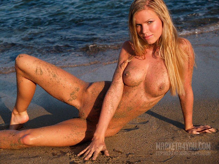 Красивая эротика - загорелая девушка на море