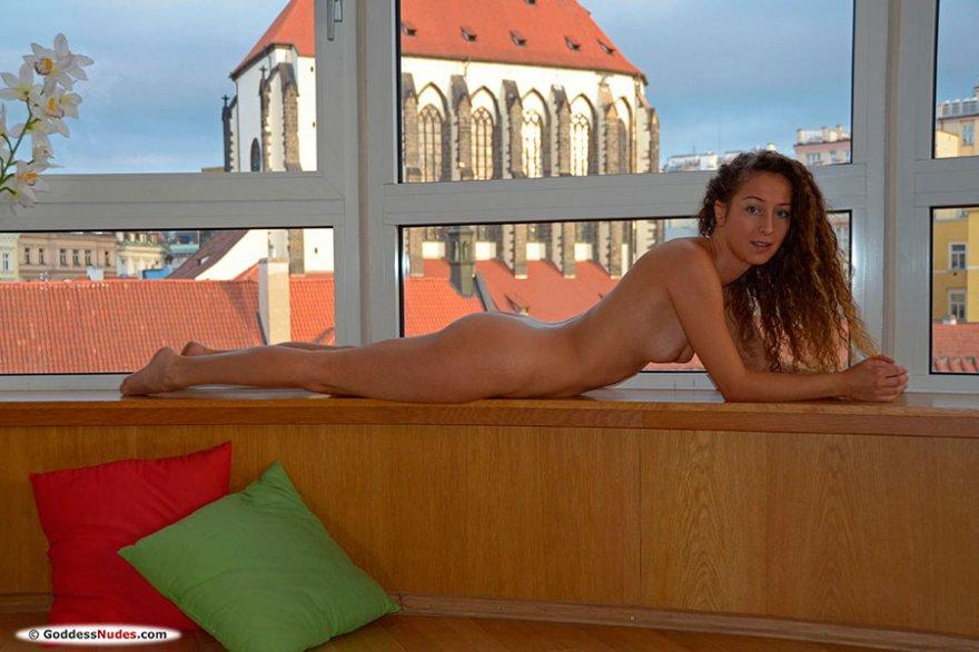 Девушка у окна голая позирует - эротика фото