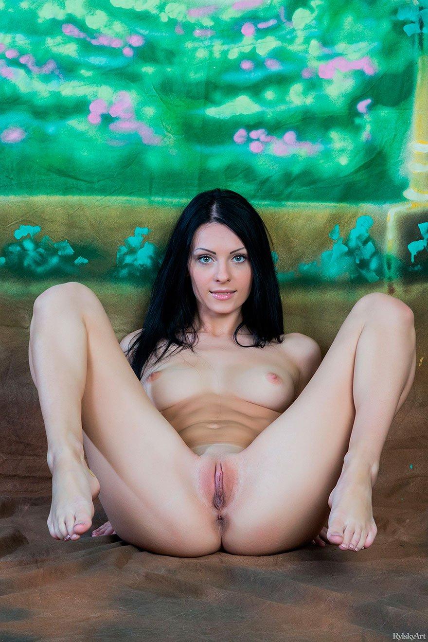 Красивая эротика - голая девушка с длинными волосами