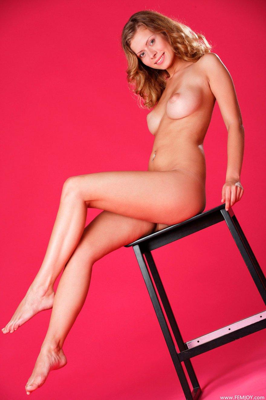 эротическое фото красивая блондинка на стуле