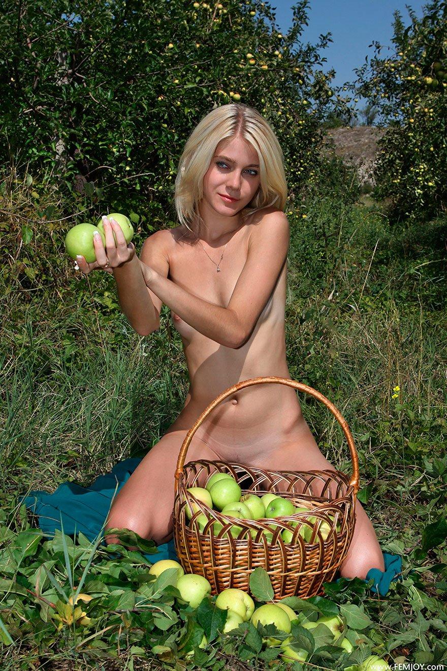Фото голой девушки с яблоками - эротика на природе